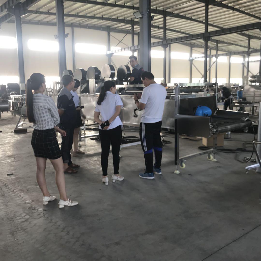 客户来厂考察蔬菜加工流水线