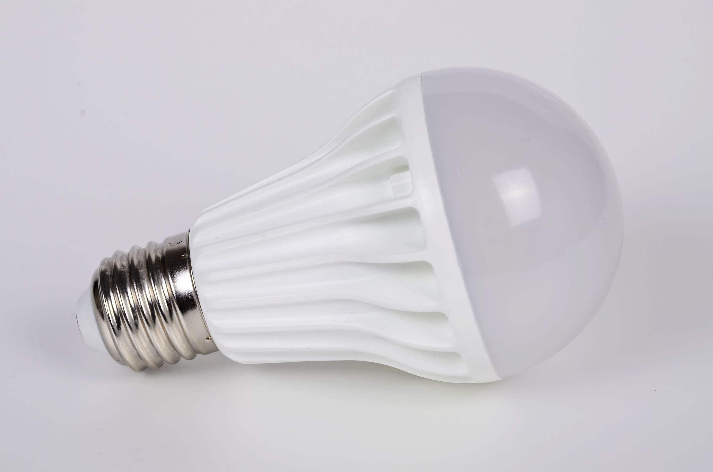 <strong><strong>全塑料灯泡包装机 塑料球泡天花灯自动多功能包装机械</strong></strong>
